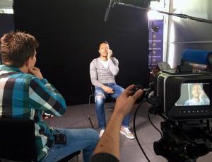 O repórter Lucas Duarte e o jogador Adriano, durante a entrevista