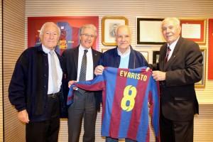 Evaristo, no Camp Nou, com velhos amigos do Barça / Foto: Lucas Duarte