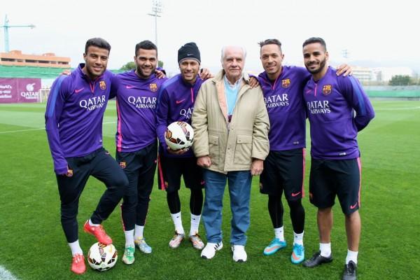 Evaristo foir recebido por todos os craques brasileiros do Barça / FOTO: Lucas Duarte
