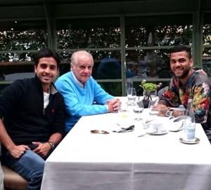 Evaristo de Macedo com o seu neto Luiz e o lateral Dani Alves