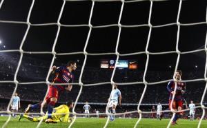 Pênalti em dois toques entre Messi e Suárez