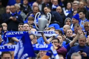 A torcida do Leicester faz a festa / Jon Super AP/AE