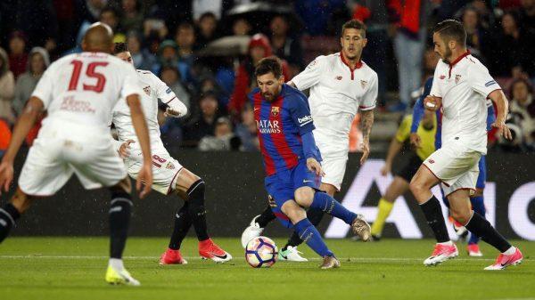 Messi, cercado por quatro rivais