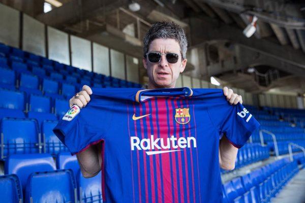 Noel Gallagher com a camisa do Barça no Camp Nou