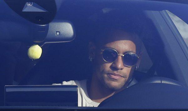 Neymar no seu carro chegando ao treino