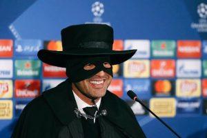 Paulo Fonseca vestido de Zorro na coletiva