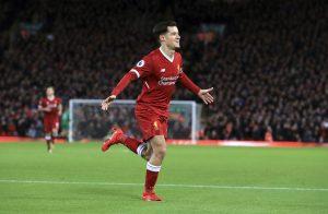 Philippe Coutinho comemora um gol pelo Liverpool
