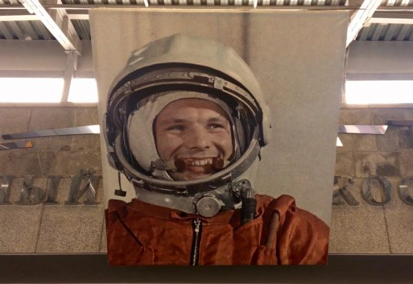 O lendário Yuri Gagarin sorrindo, te dá as boas-vindas no Museu da Cosmonáutica