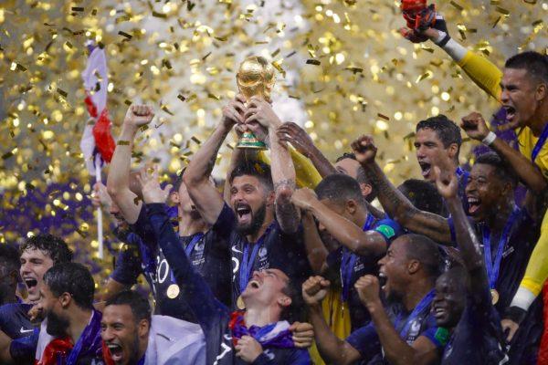 Os jogadores da França comemoram o bicampeonato mundial na Rússia 2018