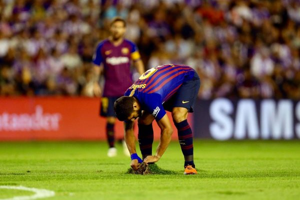 Suárez, fixando no solo uma das placas do gramado que se soltavam constantemente