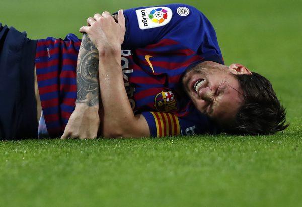 Messi estará três semanas em recuperação após fraturar um osso do braço direito contra o Sevilla