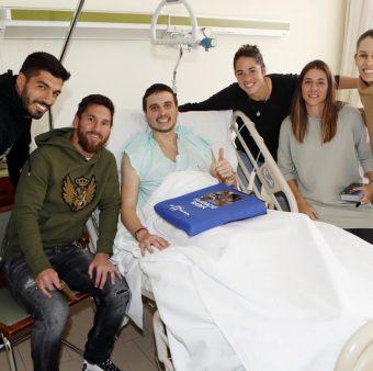 Suárez e Messi durante a visita aos hospitais de Barcelona