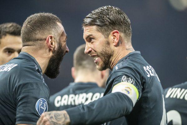 Benzema comemora com Sergio Ramos o primeiro gol do Real Madrid contra o Ajax, na Holanda