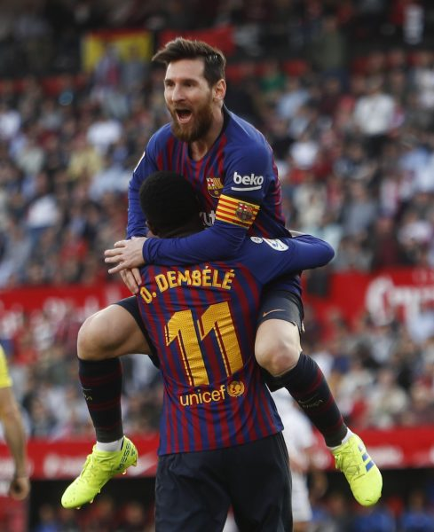 Messi no colo de Dembélé, comemorando o segundo gol contra o Sevilla
