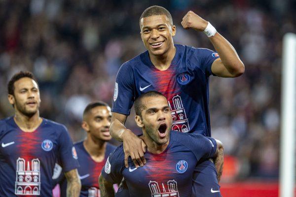 Mbappé celebra com Dani Alves o hat-trick contra o Mônaco e o título da Ligue 1