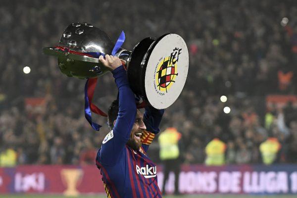 Messi levantando o troféu da Liga Espanhola 2018/19.