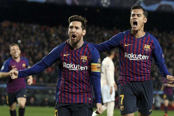 Messi e Coutinho celebrando um gol contra o Manchester United