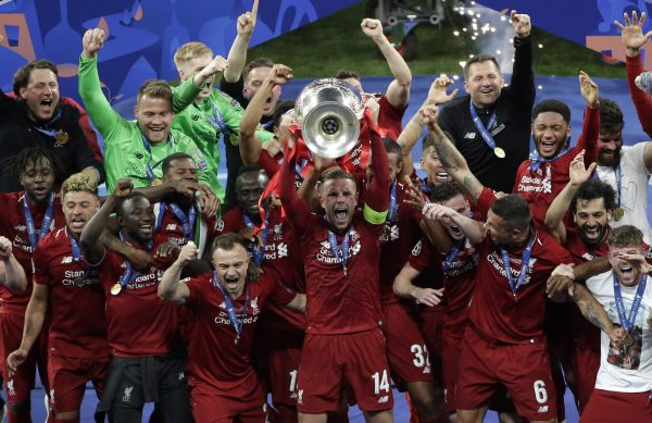 O capitão do Liverpool, Jordan Henderson, levanta o troféu da Liga dos Campeões 2018-19