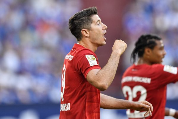 Robert Lewandowski comemora um dos gols marcados contra o Schalke 04, na Veltins-Arena