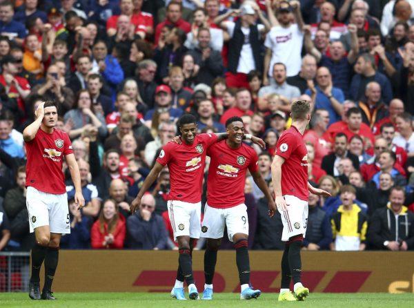 Martial e os companheiros comemoram um gol contra o Chelsea.