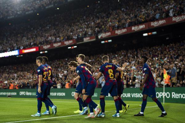 Os craques do Barça comemoram o gol do holandês De Jong