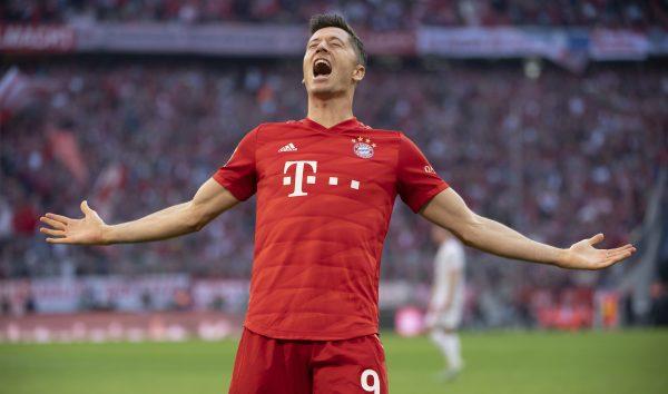 Robert Lewandowski comemora o gol marcado contra o Union Berlin, o 13º dele em nove rodadas da Bundesliga