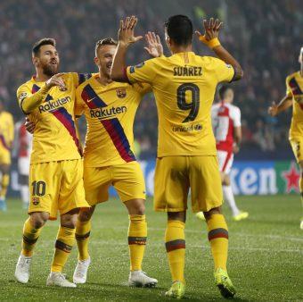 Messi, Arthur e Suárez celebram um gol do Barça contra o Slavia.