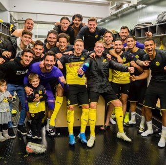 Jogadores do Borussia Dortmund celebram no vestiário a vitória de virada sobre a Inter de Milão