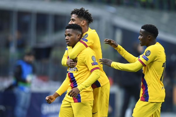 Ansu Fati comemora com Todibo o gol marcado contra a Inter de Milão, o da vitória contra o clube italiano na Liga dos Campeões