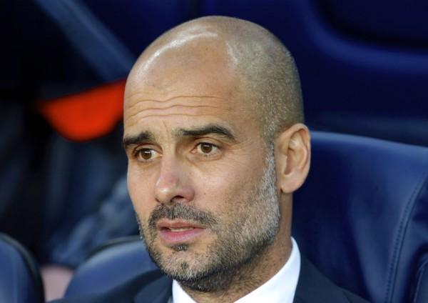 Guardiola, sentado no banco de reservas do Camp Nou.