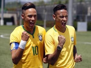 Neymar ao lado da sua estátua de cera