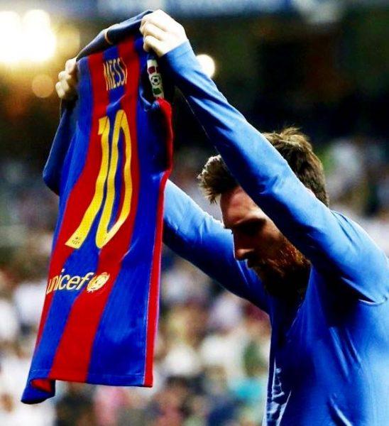 Messi mostra a camisa