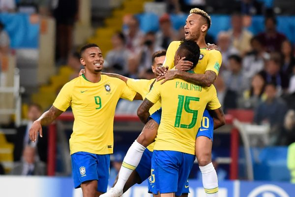 Os craques do Brasil comemoram o gol de Paulinho contra a Sérvia