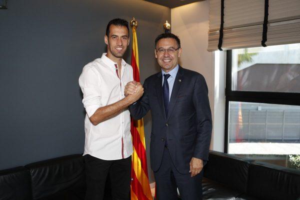 Sergio Busquets sela o novo acordo com o presidente do Barça, Josep Maria Bartomeu