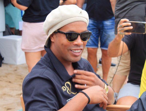 Ronaldinho Gaúcho fez uma exibição de futevôlei em Barcelona