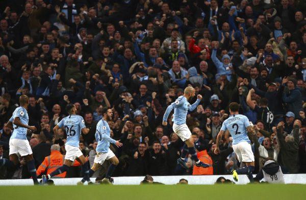 David Silva comemora junto com os companheiros e da torcida o gol que abriu o placar no clássico de Manchester