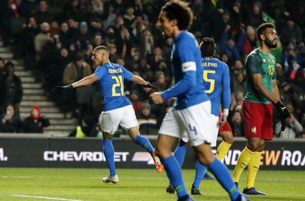 O atacante Richardson comemora o gol da vitória contra o Camarões, no MK Stadium
