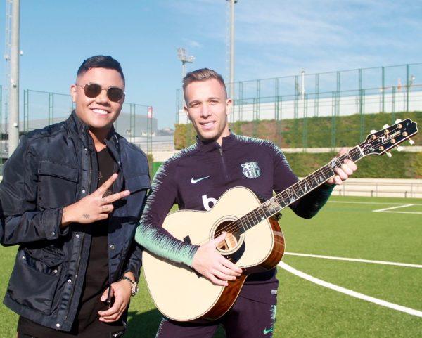 Felipe Araújo com o meia Arthur Melo na Cidade Esportiva Joan Gamper