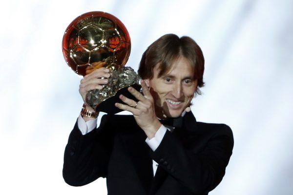 Modric com a Bola de Ouro 2018