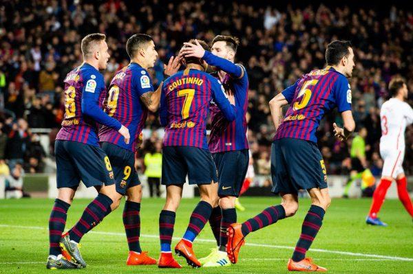 Coutinho comemora dos gols contra o Sevilla com Messi, Suárez, Arthur e Busquets.