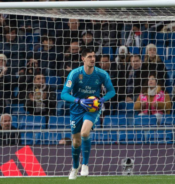 Courtois, com a bola, em uma partida do Real madrid