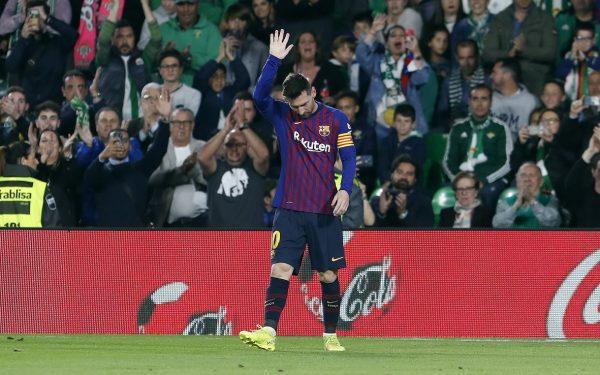 Messi agradece o carinho do torcedor do Betis, no Estádio Benito Villamarín