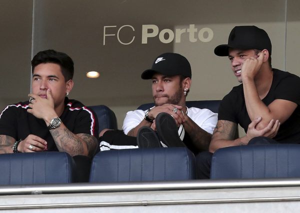 O atacante Neymar com dois amigos no estádio do Dragão