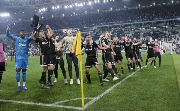 Os craques do Ajax celebram a vitória histórica sobre a Juventus, em Turim