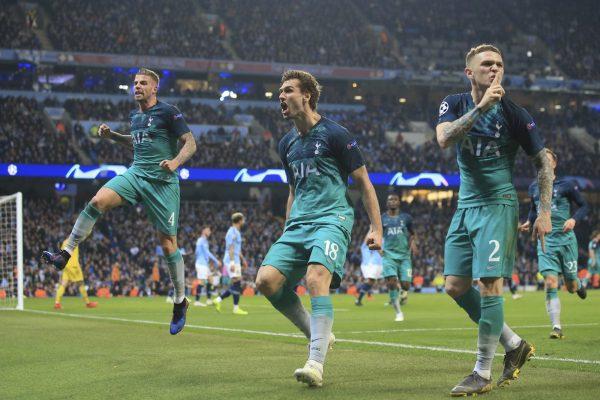 Llorente (ao centro) comemora o gol da classificação do Tottenham contra o Manchester City