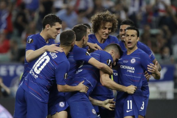Os craques do Chelsea abraçam Giroud, autor do primeiro gol da partida
