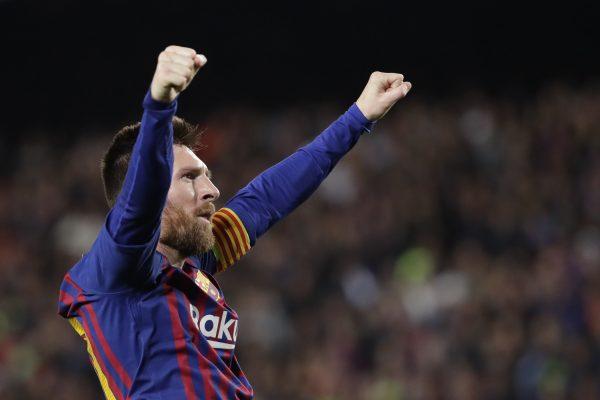 Messi celebra o golaço de falta contra o Liverpool, o 600º com a camisa do Barça