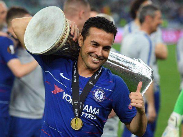 Pedro com o troféu da Liga Europa, o mais novo da sua incomparável coleção