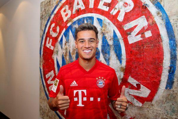 Coutinho sorri e faz sinal de positivo com os dedos na foto de chegada ao Bayern de Munique.