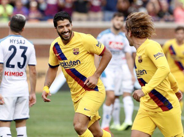 Suárez e Griezmann comemoram um gol contra o Napoli